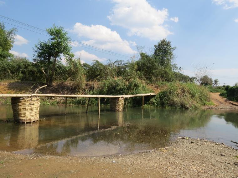 Pont bambou laos scooter