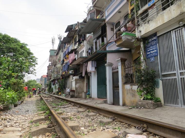 Chemin de fer entre maisons Hanoi incontournable